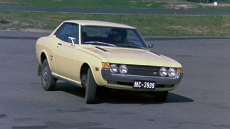 Gul Celica ST vakte oppsikt på norsk film i 1972. Eksotiske skilter antydet at føreren kom fra sydlige breddegrader. Foto: Imcdb.org