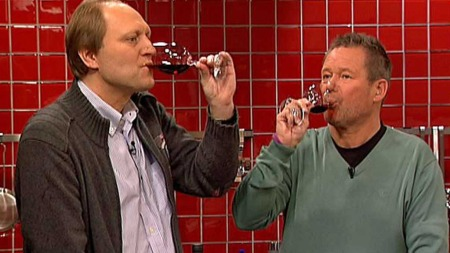 Christer Berens og Jan Øyvind Helgesen smaker på sørafrikansk vin. (Foto: TV 2)