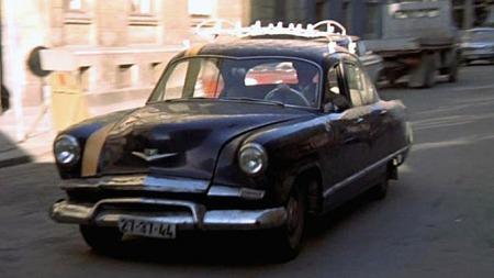 Kaiser var aldri noe vanlig merke i Norge, og den 1952 Kaiser De Luxe som transporterte Olsenbanden i deres første film fra 1969 var nok fremdeles ikke helt akseptert som bevaringsverdig. Foto: Imcdb.org