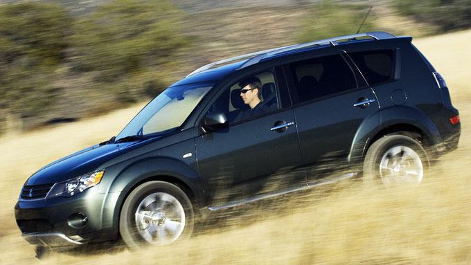 """Mitsubishi Outlander har i mange år vært blant Norges mest solgte SUV-er - nå er det """"sluttsalg"""" med gode rabatter."""