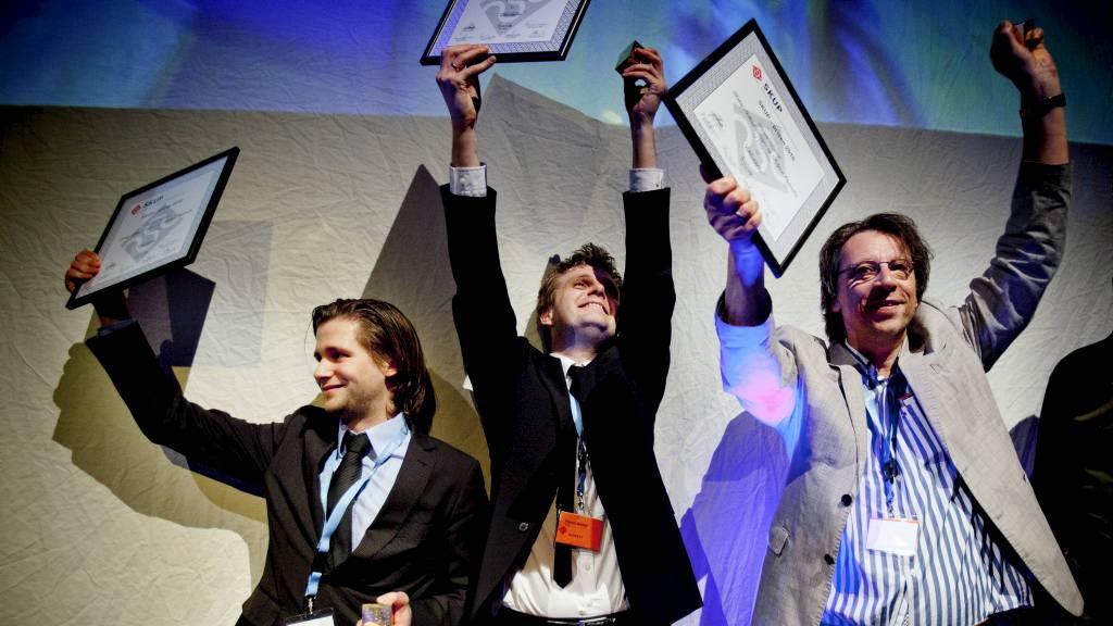 VANT SKUP: Steinar Figved, Robin Idland Krüger og Asbjørn Øyhovden  i TV 2-Nyhetene får Skup-prisen 2010 for «Eldrebløffen». (Foto: Vannebo,  Marthe Amanda/Scanpix)