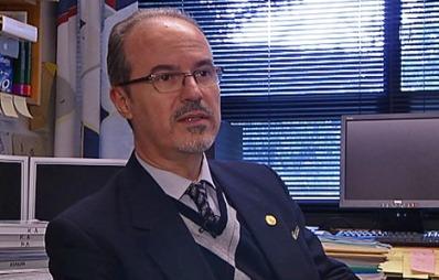 FNYSER AV «BEVISENE»: Jordskjelvekspert ved Universitetet i Bergen, professor Kuvvet Atakan. (Foto: TV 2)