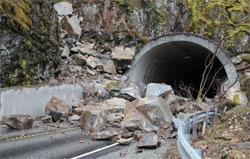 Store steinblokker sperrer Steganestunnelen på E 16 i Hordaland (Foto: Karl Martin Valestrand )