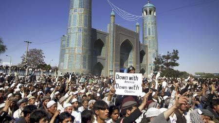 Tusenvis av afghanere demonstrerte mot USA og koranbrenningen i Mazar-e-Sharif fredag. (Foto: Mustafa Najafizada/Ap)