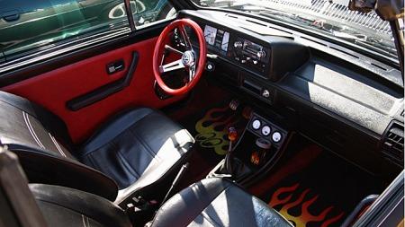 Interiøret i bilen skal få seg en omgang med nye setetrekk før eieren sier seg fornøyd med utseendet. Foto: Privat