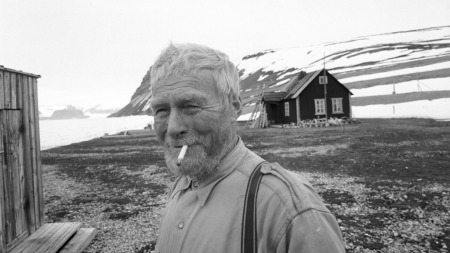 Hilmar Nøis utenfor hytta,1963 (Foto: Aage Storløkken)