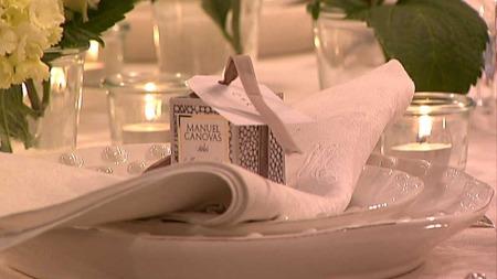 Interiørdesigner Maria Hovtuen foreslår å pynte bordet med noe   som gjestene kan ta med seg hjem som et minne fra festen. Her fungerer   et duftelys som bordkort. (Foto: God morgen Norge)