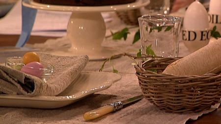 Hva med å invitere inn til en påskelunsj? Her er interiørdesignerens   ferdigdekkede påskebord. (Foto: God morgen Norge)