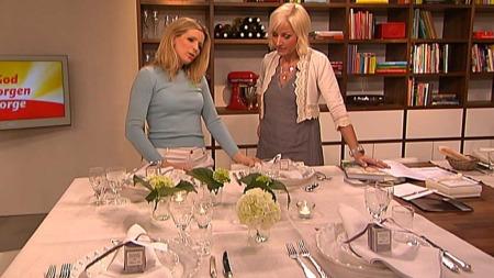 Maria Hovtuen viser Vår Staude hvordan man pynter det perfekte   bordet til bryllupet. (Foto: God morgen Norge)