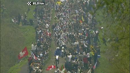 Brosteinspartiene i Paris-Roubaix er en skikkelig utfordring.   Det er også de enorme menneskemassene, som står tett inntil løypen. (Foto:   TV 2/)