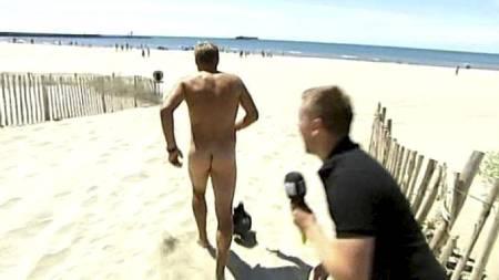 UTEN EN TRÅD: Nakenløping er en populær aktivitet i utlandet.   Her tester TV 2 Sportys Dag Otto Lauritzen ut aktiviteten på en Fransk   strand under Tour de France. (Foto: TV 2/)