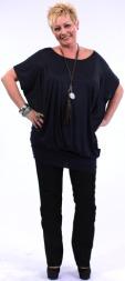 ETTER: - Wow, dette er jo en helt ny silhuett for meg, sier en overrasket Anne Lise. Hun har på seg topp fra Gant (kr 700), jeans fra Kappahl (kr 499), Ring fra Kappahl (kt 69), Smykke fra J-LU (pris på forespørsel) og sko fra Bianco (kr 450). (Foto: Photographer: Haavard Byrkjeland)