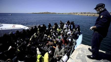 SØKER FRED OG VELSTAND: 200 libyere tettpakket i en liten båt. (Foto: FILIPPO MONTEFORTE/Afp)