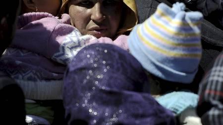 FLYKTET FRA LIBYA: Kvinner og barn ankommer Lampedusa. Rundt 26.000 flyktninger uten papirer har ankommet den italienske øya de siste månedene. (Foto: FILIPPO MONTEFORTE/Afp)