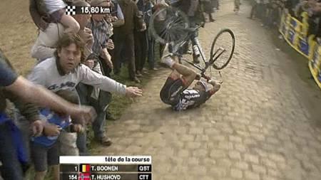 Her faller Thor Hushovd under Paris-Roubaix 2009. (Foto: TV 2/)