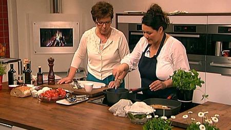 Sonja Lee lager middelhalvsmat med Wenche. (Foto: God morgen   Norge)