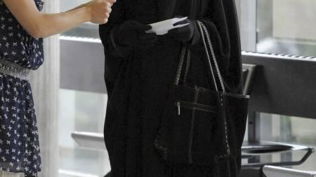 En burkakledd kvinne i tinghuset i Nanterre, vest for Paris. (Foto: MIGUEL MEDINA/Afp)