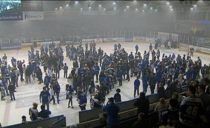 Publikum stormet isen da sparta vant NM. (Foto: TV 2)