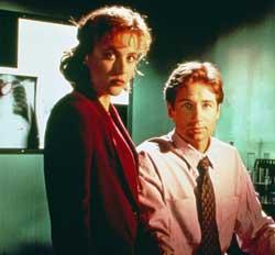 I tv-serien X-Files jaktet FBI-agentene Dana Scully (spilt av   Gillian Anderson) og Fox Mulder (spilt av David Duchovny) på paranormale   fenomener.