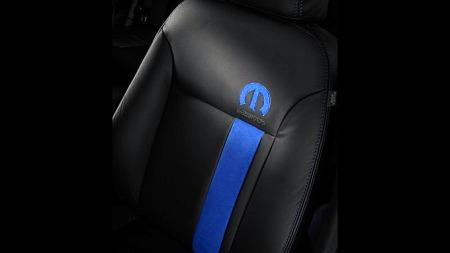 Mopar-logoen, den blå stripen og blå sømmer preger skinnet i det ellers ganske standardmessige interiøret. Enkelt og effektfult. Foto: Netcarshow.com