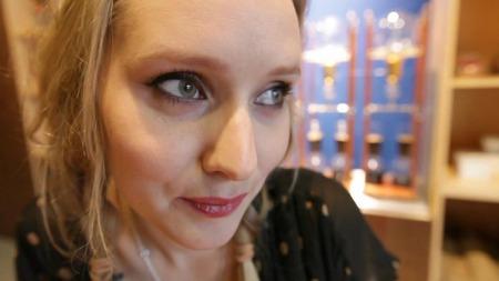 Mona på favorittkafeen Blue Bottle Coffee, Berry St, Brooklyn, NY.  «Fantastisk kaffe i nedlagte fabrikklokaler» (Foto: Camilla Blok/TV 2)