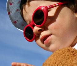 Det er spesielt viktig å smøre ungene, og husk solbriller! (Foto: Illustrasjon / Colourbox)