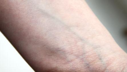 FINN DIN HUDTONE: Finn hudfargen din ved å se om undertonen   i huden går mot det kalde eller det varme. Det kan du enkelt gjøre ved   å se på blodårene på armen din.