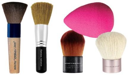 KOSTER OG SVAMPER: Handi Brush er spesielt tilpasset pressede   puddere, og er laget av geitehår (kr 430/Jane Iredale), Flawless Radiance   Brush med tynn bust og avklippet tupp (kr 329/bareMinerals), Nature's   Minerals foundationkost er spesielt tilpasset Nature's Minerals   Foundation (kr 219/Body Shop), Kabuki-kost (kr 149/Sheer Cover), Beautyblender   brukes til å legge flytende foundation, og er blant favorittene til mange   stylister (kr 199/Lulus.no).