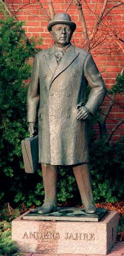 En statue av Anders Jahre er reist i Sandefjord. (Foto: Jon   Eeg)