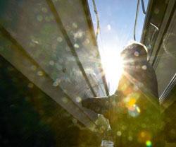 Det er kjekkere å være på sjøen enn å pusse båt når det er sol og vårvarme i luften. (Foto: Lise Åserud / SCANPIX)