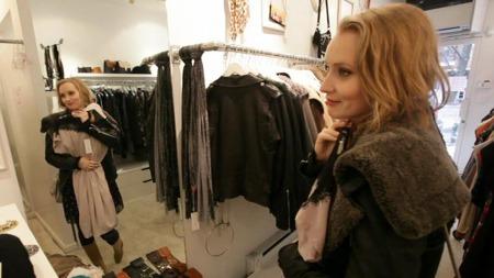 ELSKER NEW YORK: En av Mona Lerches favorittbutikker er Pinky Otty i Brooklyn, New York. Her finner hun nye kjoler i vintage-stil laget av en japansk designer.   (Foto: Camilla Blok/TV 2)