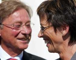 I 2002 tok statsrådene Björn Rosengren og Torild Skogsholm det første spadestikket på den nye Svinesundsbrua med godt humør.