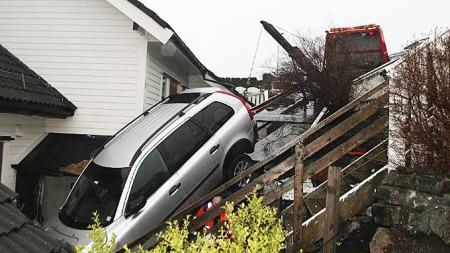 Ved dette inngangspartiet lekte MIkale (9) og NAtalie (4) kun 30 minutter før denne bilen braste inn i huset. - Dette kunne gått skikkelig ille, sier politibetjent Andreas Nordbø.  (Foto: Jan Gunnar Kolstad, ba.no/ANB)
