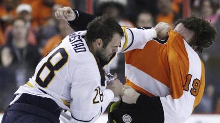 Buffalo Sabres' Paul Gaustad og Philadelphia Flyers' Scott Hartnell (Foto: Matt Slocum/Ap)