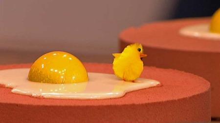 Pynt kaken som et speilegg med hvit sjokolade og en halvkule, gul sjokolade. (Foto: TV 2)