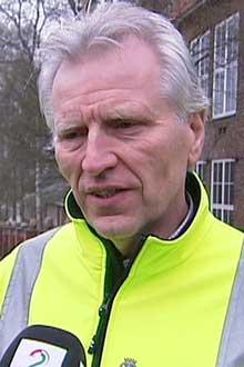 TAUER BORT: Tom Kristoffersen i Samferdselsetaten mener osloborgerne har fått god nok tid til å flytte bilen før påske. (Foto: TV 2)