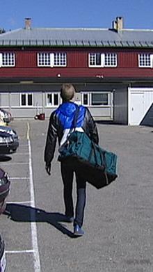 Lars Vaular på vei inn til besøksrommet i fengselet. (Foto: TV 2)