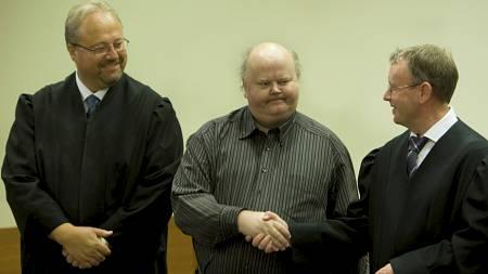 FÅR ERSTATNING: Fra venstre advokat Jonny Sveen, Åge Vidar Fjell (midten) etter at han endelig ble frikjent for drap av Borgarting lagmannsrett i 2009. Advokat Ole M. Meland til høyre. (Foto: Holm, Morten/Scanpix)