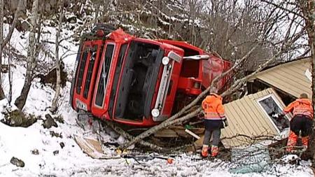 KNUSTE UTHUS: Søppelbilen kjørte av veien og stanset ikke før et uthus var knust lenger nede i skråningen. (Foto: Anders Mildestveit/TV 2)