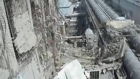 Dette bildet av Fukushima-kraftverket er tatt fra en lavtflygende   drone, og viser ødeleggelsene ved reaktor 4. (Foto: HO/Reuters)