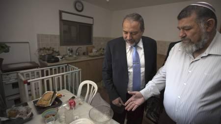 Den israelske utenriksministeren Avigdor Lieberman og rabbien Avi Lonski besøkte familiens hus, drapsåstedet, få dager etter drapet. (Foto: MENAHEM KAHANA/Afp)