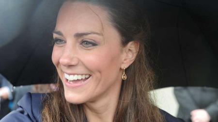 Det spørs om Kate Middleton smiler like bredt dersom det begynner å regne på bryllupsdagen hennes. (Foto: Stella Pictures)
