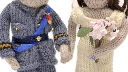 HOVEDPERSONENE: Slik ser den strikkede versjonen av brudeparet ut. (Foto: HO/Reuters)