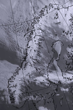 Mandag morgen: Nesten skyfritt på Sør- og Østlandet, og sør på Vestlandet. Stripene som går nord-sør øst for Jotunheimen er bølger som fjellene lager i skydekket. (Foto: StormGeo)
