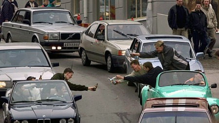 De som eventuelt måtte være ute etter å handle på vanlig måte i Strömstad på skjærtorsdag, må smøre seg med tålmodighet på vei inn blant alle raggerne. (Foto: Cornelius Poppe / SCANPIX, ©COP)