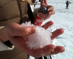 Snøen er kornete og grov. (Foto: TV 2)