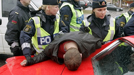 Svensk polis er forberedt, og slår hardt ned på ordensforstyrrelser i Strömstad sentrum. (Foto: Bjørn Sigurdsøn / SCANPIX)