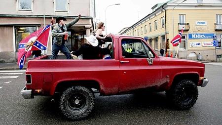 Ut fra flaggene kan det være vanskelig å bedømme om det er nordmenn eller sydstatskrigere fra USA. Men svenskene er vant med den årlige invasjonen. (Foto: Stian Lysberg Solum / SCANPIX)