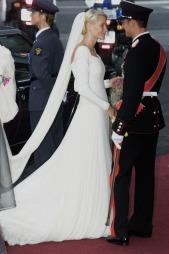 Brudekjolen til Mette-Marit var et samarbeidsprosjekt mellom bruden, designer Ove Hardner Finseth og syerske Anna Bratland. (Foto: Borgen, Ørn E., ©jk pk)