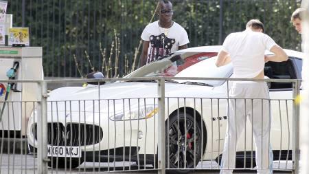 PARKERINGSTRØBBEL: Mario Balotelli parkerer sin rådyre Maserati der det ikke er lov. (Foto: Eamonn and James Clarke/Pa Photos)